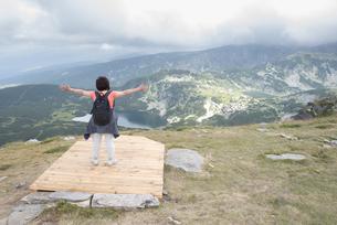 Bulgaria, Rila Mountains, back view of senior woman with outの写真素材 [FYI04336840]