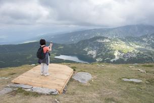 Bulgaria, Rila Mountains, back view of senior woman taking pの写真素材 [FYI04336841]