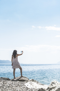 Greece, Sergoulas, woman taking pictures with smartphone atの写真素材 [FYI04336889]