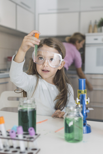 Girl playing science experiments at homeの写真素材 [FYI04336895]