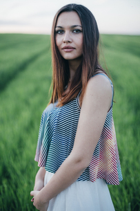 Portrait of young woman in natureの写真素材 [FYI04336903]