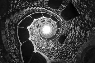 Portugal, Quinta da Regaleira, well shaft with spiral starcaの写真素材 [FYI04336906]