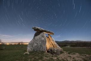 Spain, Alava, Dolmen at starry nightの写真素材 [FYI04336911]