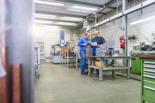 Two men in factory talking at a metal workpieceの写真素材 [FYI04336957]