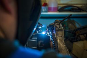 Welder working with protective maskの写真素材 [FYI04336967]