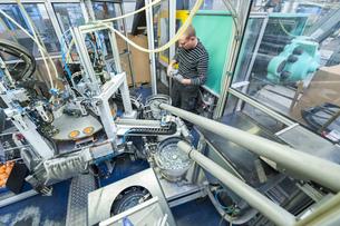 Man in factory working at sorting machineの写真素材 [FYI04336969]