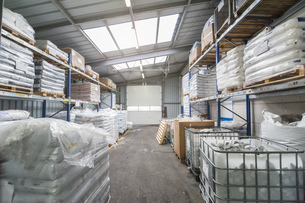 Empty industrial hall with high racksの写真素材 [FYI04336972]