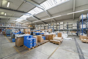 Empty industrial hall with stored packagesの写真素材 [FYI04336973]