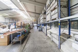 Empty industrial hall with high racksの写真素材 [FYI04336974]