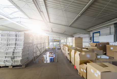 Empty industrial hall with stored packagesの写真素材 [FYI04336978]