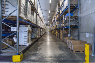 High rack warehouse with packed products ready for shipmentの写真素材 [FYI04336980]