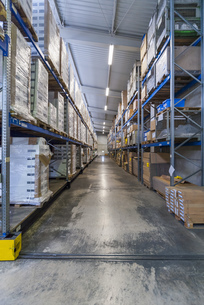 High rack warehouse with packed products ready for shipmentの写真素材 [FYI04336982]