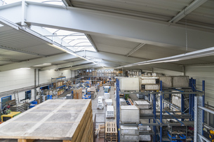 Empty industrial hall with high racksの写真素材 [FYI04336983]