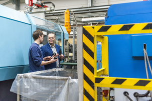 Manager and worker examining products in plastcs factoryの写真素材 [FYI04337010]
