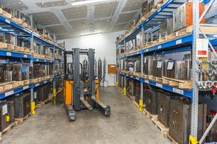 Forklift in storage for machine blocksの写真素材 [FYI04337011]