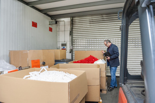 Manager in storage of plastics factory checking productsの写真素材 [FYI04337038]