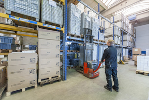 Worker in storage using forkliftの写真素材 [FYI04337058]