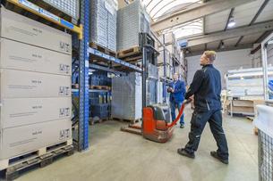 Worker in storage using forkliftの写真素材 [FYI04337059]
