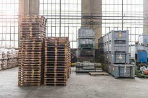 Pallets in factory hallの写真素材 [FYI04337095]