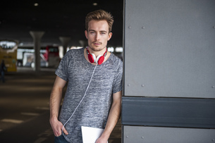 Portrait of young man with headphones and digital tabletの写真素材 [FYI04337108]