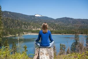Germany, Bavaria, woman relaxing at lake Barmseeの写真素材 [FYI04337141]