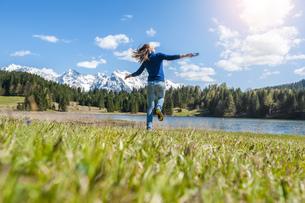 Germany, Bavaria, carefree woman at lake Barmseeの写真素材 [FYI04337148]