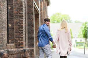 Happy couple strolling through the cityの写真素材 [FYI04337197]