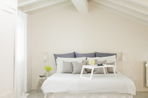 Modern bedroom with tray standing on bedの写真素材 [FYI04337210]