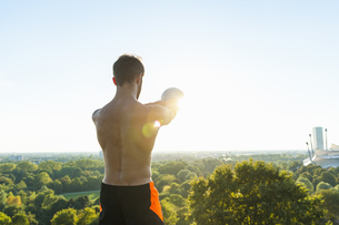Man exercising with kettlebell outdoorsの写真素材 [FYI04337216]