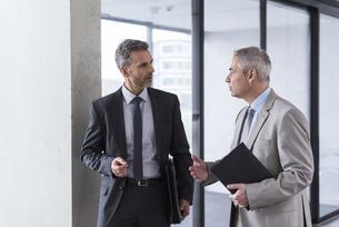 Two businessmen having an informal meetingの写真素材 [FYI04337233]