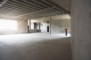 Man wearing safety vest looking around in building under conの写真素材 [FYI04337339]
