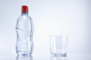 Plastic bottle of mineral water with glass, close upの写真素材 [FYI04337345]