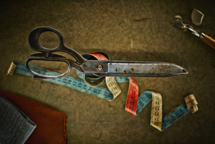 Dressmaking scissors, tape-measure, fabric and chalkの写真素材 [FYI04337361]