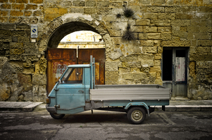 Italy, Apulia, Leccei, parking Piaggio Ape in front of houseの写真素材 [FYI04337362]