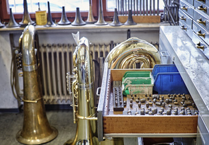 Workshop of an instrument maker with brass instrumentsの写真素材 [FYI04337367]