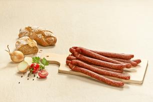 Pfefferpeitschen, pork sausages on chopping boardの写真素材 [FYI04337374]