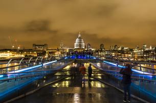 UK, London, view from Millennium Bridge to illuminated St Paの写真素材 [FYI04337381]