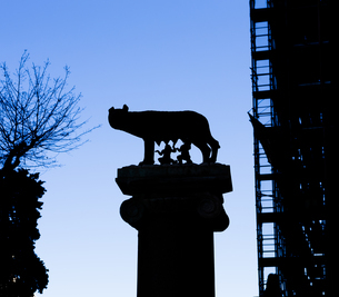 Italy, Rome, sculpture of Romulus and Remusの写真素材 [FYI04337387]