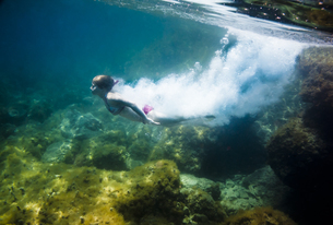 Croatia, Brac, Sumartin, Teenage girl under waterの写真素材 [FYI04337390]