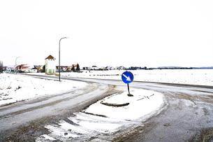 Austria, arrow sign at crossroad in winterの写真素材 [FYI04337396]
