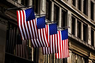 USA, four American flaggs at facadeの写真素材 [FYI04337400]
