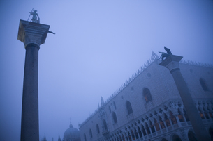 Italy, Venice, St Mark's Square with Doge's Palace, foggyの写真素材 [FYI04337404]