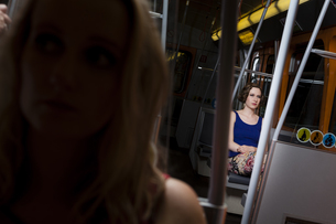 Two young women in a subwayの写真素材 [FYI04337416]