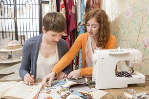 Two female fashion designers working together at their studiの写真素材 [FYI04337427]
