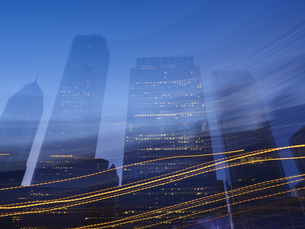 USA, Illinois, Chicago, High-rise buildings, blue hour, lighの写真素材 [FYI04337445]
