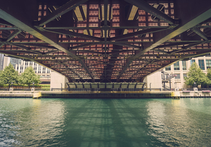 USA, Illinois, Chicago, Chaicago River, Bridge, View from beの写真素材 [FYI04337446]