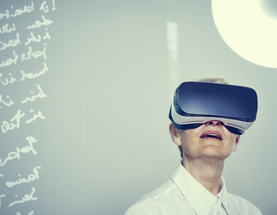 Senior woman wearing Virtual Reality Glassesの写真素材 [FYI04337458]