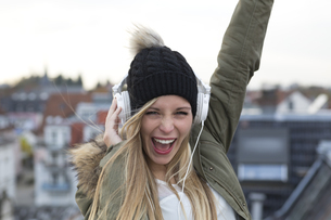 Portrait of screaming young woman with headphonesの写真素材 [FYI04337486]