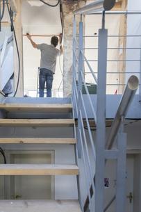 Man renovating houseの写真素材 [FYI04337510]