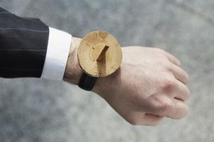 Human hand with sundial wrist watch, close upの写真素材 [FYI04337533]